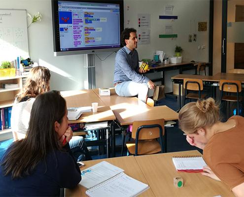 medialab docent geeft training over mediavaardigheden aan basisonderwijs docenten